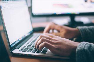 O persoană care tastează la un laptop - foto de Glenn Carstens-Peters - unsplash.com