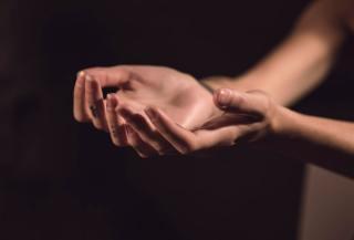 Mâini deschise spre cer - foto de Milada Vigerova - unsplash.com