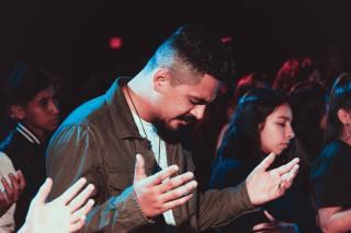 Oameni care se roagă - foto de Ismael Paramo - unsplash.com