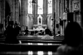 Distanțare socială într-o biserică - foto de Kenny Luo - unsplash.com