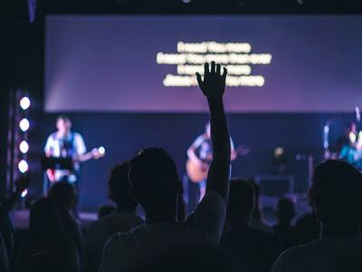 Fotografie din cadrul unui serviciu de închinare de la o biserică - foto de Greyson Joralemon - unsplash.com