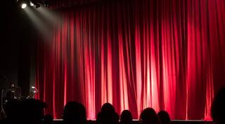 O scenă cu cortina roșie - foto de Monica Silvestre - pexels.com